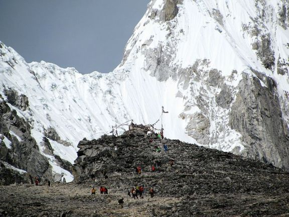 800px-Approaching_the_summit_of_Kala_Patthar