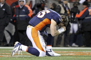 Tim-Tebow-Tebowing-in-end-zone