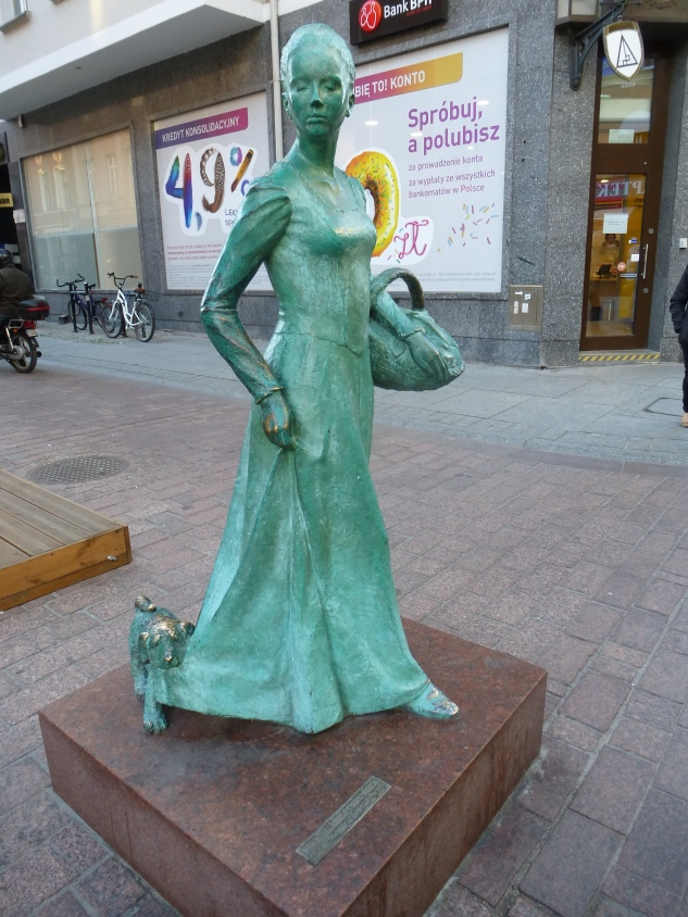 Statue Woman with gingerbread