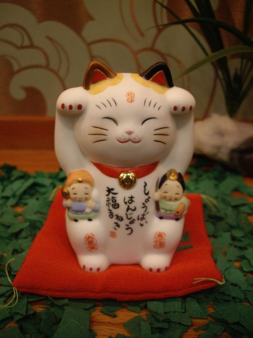 800px-Maneki_neko_by_greychr_in_Japantown,_San_Francisco