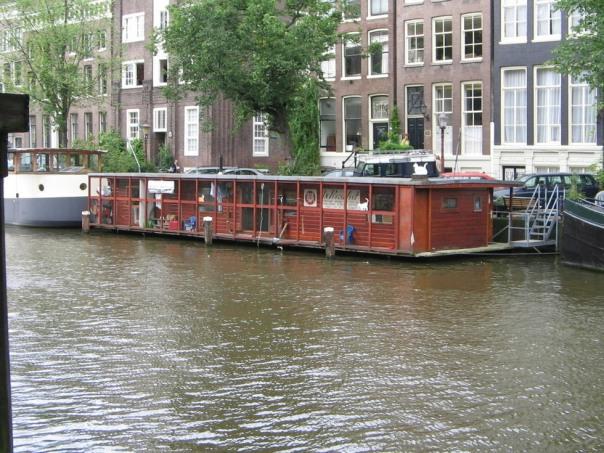 de_poezenboot_exterior_amsterdam_2168146135
